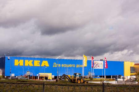 Jekaterinenburg, Rusland - Oktober 02 2016: Supermarkt 'Ikea' en hemel met wolken