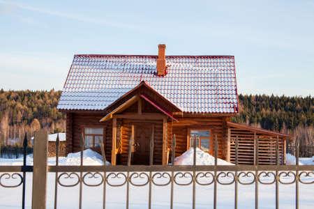フェンス、スベルドロフスク地域、ロシアの背後に木製のモダンな家