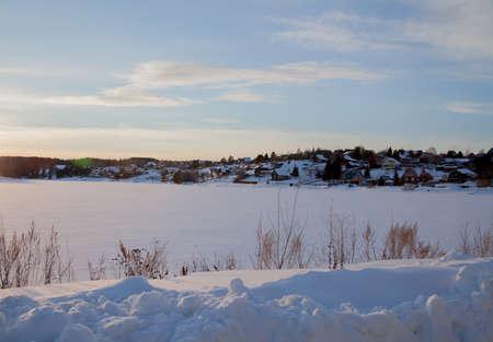 日没、スベルドロフスク地域、ロシアで Kamenka の村の冬の農村風景 写真素材