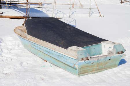モーター車のないボートで雪の上のテントの下で冬の日 写真素材