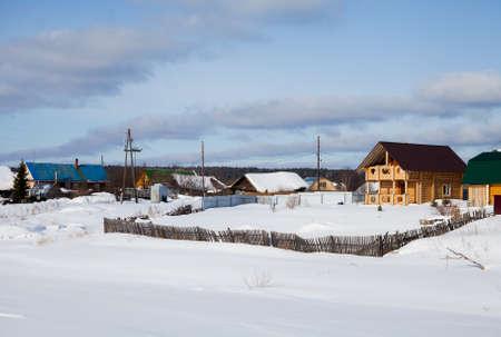 スロボダの村、スベルドロフスク地域、ロシアで Chusovoy 川の冬の田園風景