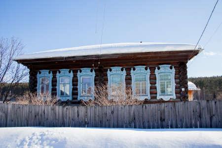 木造村の冬の晴れた日、スベルドロフスク地域、ロシア