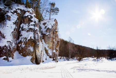 冬の風景と美しい川 Chusovoy の岩、スベルドロフスク地域、ロシア