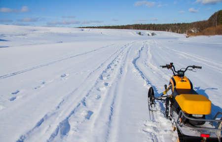 川チュソヴァヤ、スベルドロフスク地域、ロシアの冬にスノーモービル