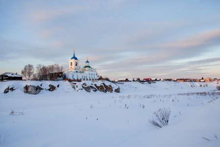 スベルドロフスク地域, ロシア連邦 - 聖ジョージ教会夕暮れスロボダの村で勝利 写真素材