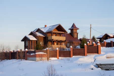村、スベルドロフスク地域、ロシアのモダンな木造住宅で冬の農村風景 写真素材