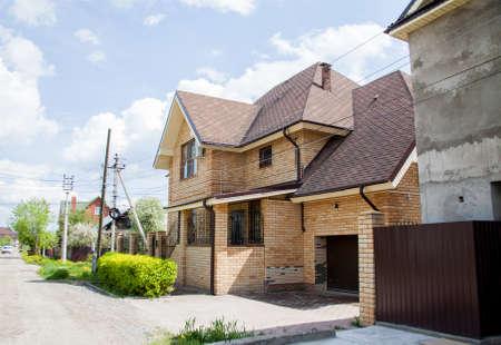 Perm, Rusland - Nieuw stenen huisje op een zonnige zomerdag Stockfoto