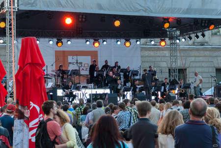 jule: SAINT-PETERSBURG, RUSSIA - Jule 04, 2015: spectators watch the show on the square. in St. Petersburg, Jule, 2015, Russia Editorial
