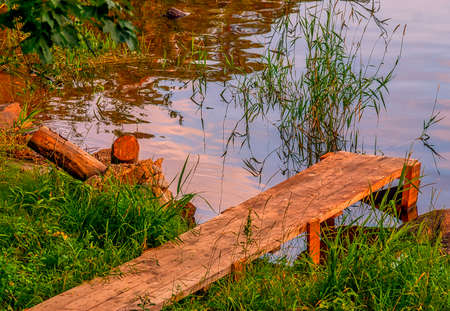 wooden pier from the planks near the river, made in the countryside Stockfoto