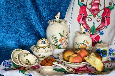 frutos secos: frutas cocidas al horno en la placa, frutos secos y pan blanco con leche Foto de archivo
