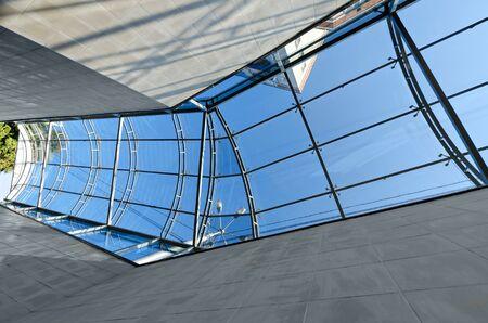 crosswalk: El techo de cristal en el paso de peatones, la reflexi�n y el cielo azul Foto de archivo