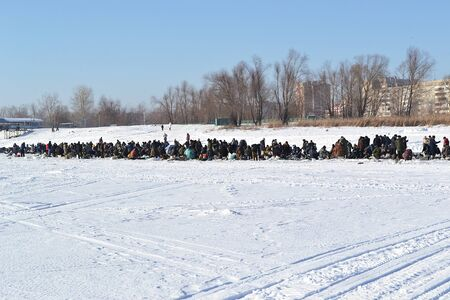 Winter fishing on the Big Cheremshan river, many fishermen in the distance. Russia, Dimitrovgrad 스톡 콘텐츠