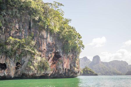 Speed boat motor water wave Beautiful rock sea with blue sky in Thailand. Foto de archivo