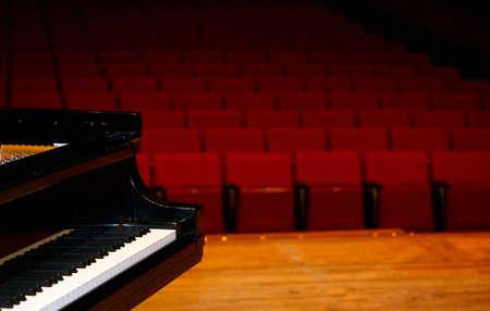 콘서트 그랜드 피아노, 무대에서보기 스톡 콘텐츠