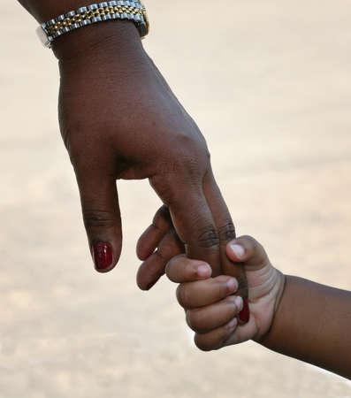 m�re et enfants: Famille afro-am�ricaine: enfant tient main m�res Banque d'images