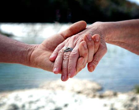 źle: Młody ręka wspieranie starą ręcznie pomaga osobom starszym koncepcji Zdjęcie Seryjne