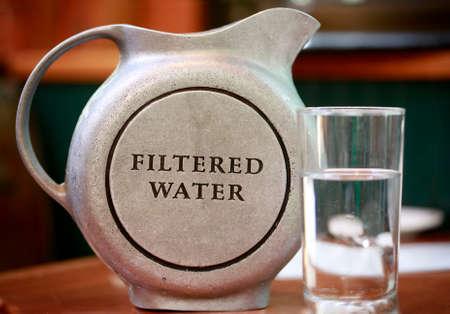 Krug mit gefiltertem Wasser Standard-Bild - 43844340