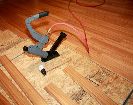 Het installeren van hardhouten vloeren Stockfoto