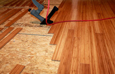 Installing hard-wood flooring 版權商用圖片 - 44287734