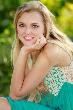 ojos marrones: Al aire libre retrato de la hermosa joven rubia Foto de archivo