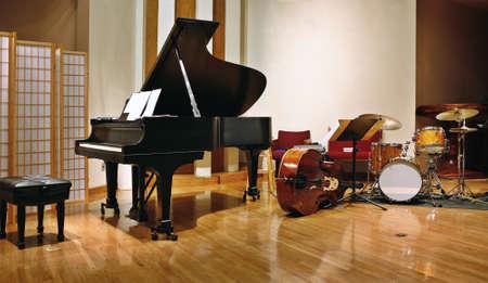 Grand piano, contrabas en dram's op het podium klaar voor concert