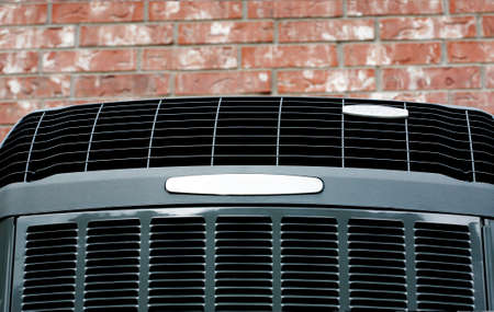 compresor: Cierre de tiro de alta eficacia alta unidad de aire acondicionado-calefacción moderna en el fondo de pared de ladrillo Foto de archivo