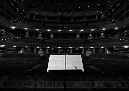 Algemene concertzaal, uitzicht vanaf het podium met geleiderstand Stockfoto