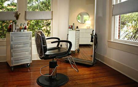 Raum-Innenraum im modernen Schönheitssalon mit Morgenreflexionen Standard-Bild - 77089930