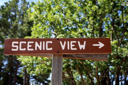 """Ein klarer Holz """"SCENIC VIEW"""" singen auf einem touristischen Wanderweg"""