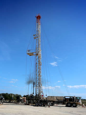 Central Texas, November 11, 2017.  A crew of roughnecks sets up a servicing rig over an existing oil well for scheduled maintenance. 新聞圖片