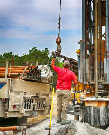 July 2, 2020. Burnet County, Texas. Drilling a water well on country land. Modern rotary drill rigs bore water well. 免版税图像 - 154117615