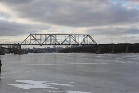얼음 덮인 강 강 철도 다리 스톡 콘텐츠