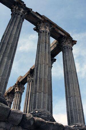 extant: Existentes en el templo romano de �vora, Portugal Foto de archivo