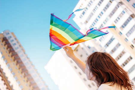 Beautiful teen girl holding paper kite and enjoy summer vacations in the city Imagens - 124888887