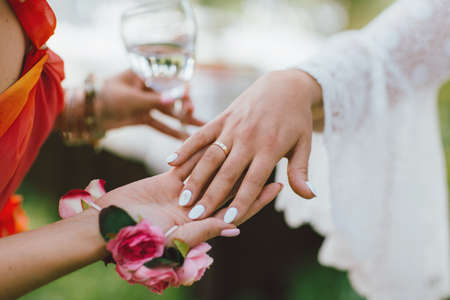 female hand with the wedding ring, bridesmaids Standard-Bild - 129478561