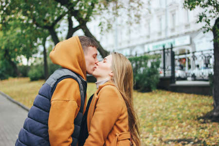 Happy young couple in love teenagers friends dressed in casual style on the autumn city street Zdjęcie Seryjne