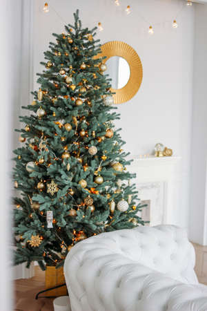 Decorated Christmas tree with gifts in the bright living room, Scandinavian interior Zdjęcie Seryjne