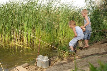 Три брата собрались, чтобы ловить рыбу на удочке в тихом загородном деревенском озере