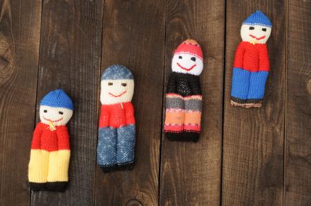 Куколки, связанные с остатками шерстяных нитей на фоне грубой скалолазания и деревянных досок Фото со стока