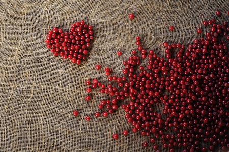 Фиолетовое сердце ягод красной смородины, собранное на органически чистой сельской усадьбе