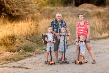 Семейная прогулка по скутерам с женой и детьми на селе возле Волгоградской области