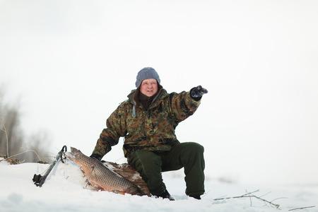 Руссин Сперфиринг с ружьем выстрелил крупную рыбу под лед реки Волги под Волгоградской областью