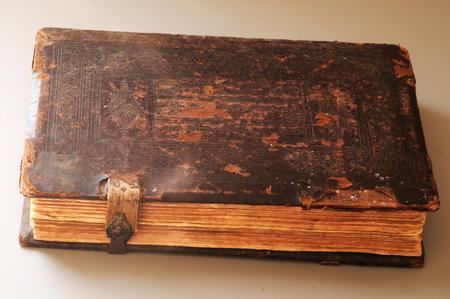 100 лет кожаная книга. Есть эта красивая патина, которую могут создать только столетия.