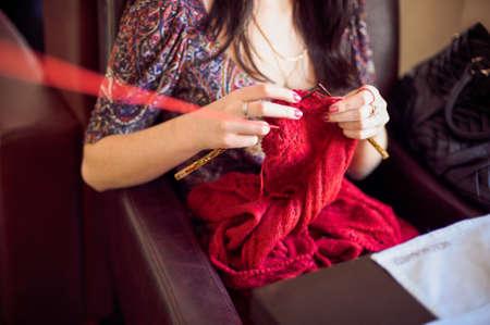 hilo rojo: La mujer teje un hilo rojo suéter.
