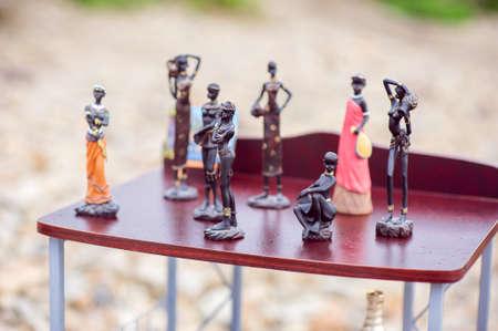 kingsize: Statues of blacks on the shelf, on the beach