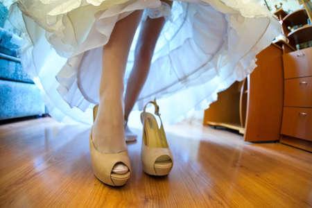 Die Beine der Braut, die Braut trägt Schuhe