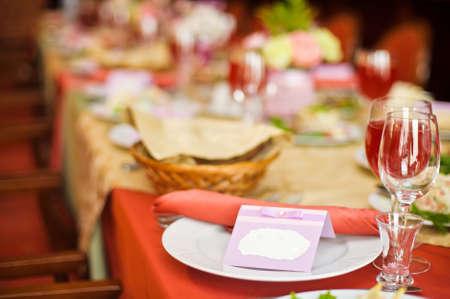 Platte auf der Hochzeitstabelle mit den Namen des Gastes. für Text