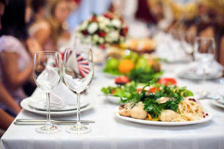 Catering service. Restaurant tafel met voedsel. Enorme hoeveelheid voedsel op tafel. Platen van voedsel. Diner, lunch.