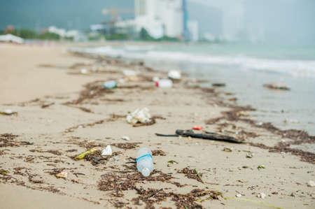 해변 오염입니다. 플라스틱 병 및 비가 바다 해변에서 다른 쓰레기