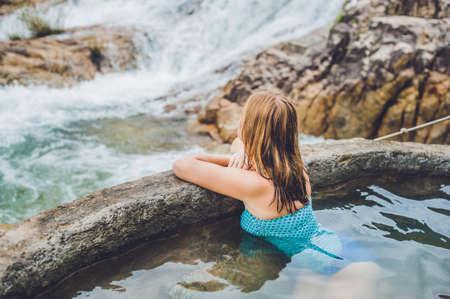 지열 온천. 여자 폭포의 배경에 대해 온천 수영장에서 휴식. 온천 개념